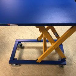 mobilais-metala-darba-galds-ar-regulejamu-augstumu-un-ritentiniem
