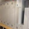 Drēbju skapis ar Z-veida durvīm. Skapim sīpais jumsts un soliņš. SUL 42 W, 2 x 400 mm