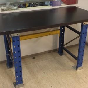 Metāla galds ar koka virsmu, kājas lietotas. Ar dzeltenu siju 82411