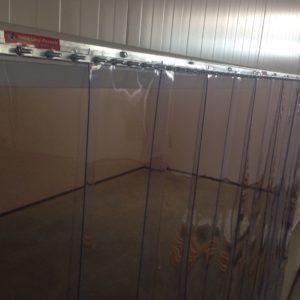 PVC vārtu aiļu aizkaru parastais stirinājums pie sienas