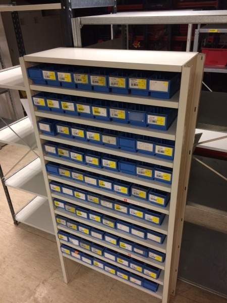 Lietots metāla plaukts 11 līmeņos nelieliem priekšmetiem ar 80 kastītēm