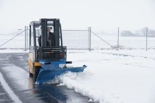 metala-sniega-skure-autoiekravejiem-3.jpg