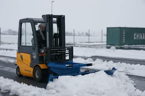 metala-sniega-skure-autoiekravejiem-5.jpg