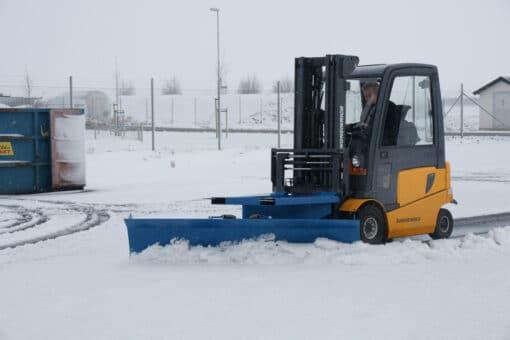metala-sniega-skure-autoiekravejiem.jpg